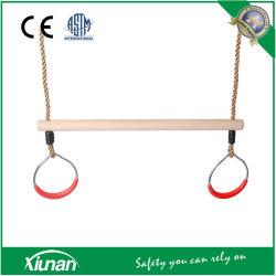Les enfants de la barre de trapèze de gymnastique en bois pour le swing Set avec anneaux pour utilisation intérieure et extérieure