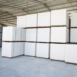벽면에 사용되는 공기멸균 처리된 콘크리트 경화 블록 또는 패널 그리고 지붕
