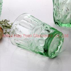 Aparelhos electrodomésticos verde claro a beber o copo de vidro