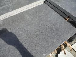 China Pas Cher Yixian dynamité de sable de granit noir/poli/perfectionné/flammé dalles de pierre/carreaux de granit pour l'étage revêtement mural et les comptoirs