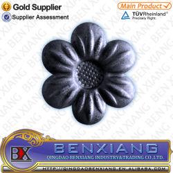 Forjado de hierro forjado de piezas ornamentales de las flores se utilizan para los diseños de puerta principal