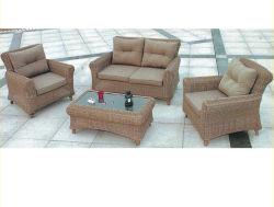 Canapé en rotin de plein air de couleur kaki a servi de meubles de l'hôtel