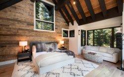 Villa Maison privée de forêt de trois chambres de maître de lits avec table à manger ronde Set et 3 siège canapé centre de table dans la vie et une salle à manger