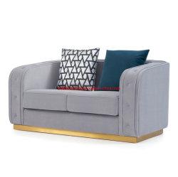 غرفة المعيشة ذات تصميم حديث وذات قماش مخملية بلون جراى وأريكة لوبى الفندق