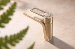 シャワールームはモダンなサニタリー風。バスルームは真鍮製シンクの洗面台 最新のデザインの水道水栓ミキサー蛇口( ZF - 3017MB )