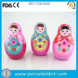 L'Ornement en céramique colorée petite poupée russe