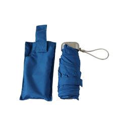 Blauer Handbuch-geöffnet und nahe leichte Minisuperdes licht-5 gefalteter Regenschirm