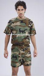 Roupa interior de algodão masculina militar situado numa floresta Camouflage