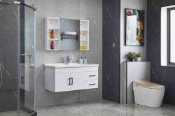 ミラーのキャビネットおよび陶磁器の洗面器との白い塗られた浴室の虚栄心