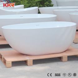 固体表面の石造りの無光沢の白く支えがない浴槽の床の立場の浴室