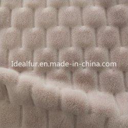 浮彫りにされた編まれたウサギののどの毛皮