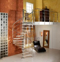 L'intérieur étapes escalier en colimaçon en bois/acier de la main courante de l'escalier