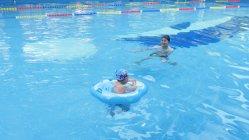 Piscine gonflables de siège de l'anneau de natation pour enfants Jouet de flottement avec deux moteurs de bateau