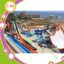 Gran parque acuático de fibra de vidrio se desliza el agua juegan juegos de agua para niños