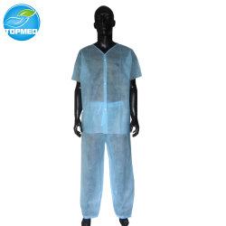 I vestiti pazienti a gettare dei pp separano i vestiti per esame chirurgico
