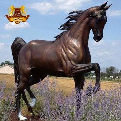 庭の装飾的な高品質の実物大の真鍮の青銅色の養育馬の彫像の彫刻