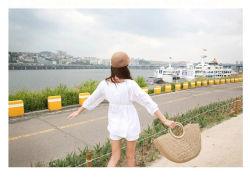 卸し売り女性の夏の自然なわら浜のトートバック