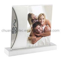 Cornice fotografica digitale con orologio per la promozione dell'ufficio domestico