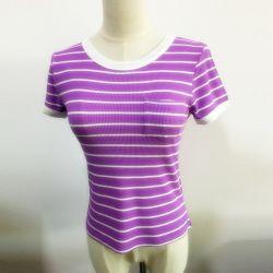 여자 형식은 줄무늬 열 짧은 소매 평야 티 셔츠를 입는다