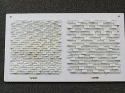 バスルームの壁には白ガラスのバスタブが設置されている。モザイクタイルの価格は石で統一さ