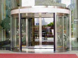 Porte pivotante automatique, avec porte coulissante Dorma aile, bardage en acier inoxydable de profilé en aluminium