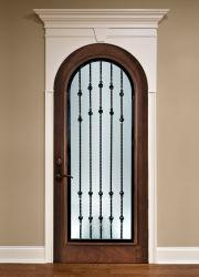 上のアーチのガラス固体装飾が付いている外部の木または材木のドアの出入口