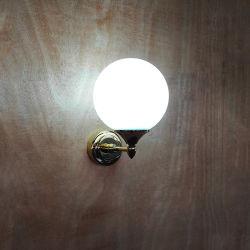 قاعدة معدنية مطلية بالذهب ومصباح حائط للستارة بالكرة الزجاجية.