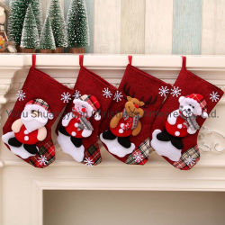 Il grande regalo del tessuto degli alci della Santa delle calze di natale colpisce con forza le calze belle di natale per la decorazione di natale dell'albero del camino dei bambini