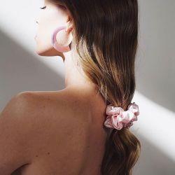 I legami di lusso dei capelli della seta di slittamento 100% hanno impostato (3PCS). 1 capelli Scrunchie + 1 fascia Twisted elastica + 1 sacchetto di memoria