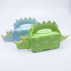 子供の誕生会はハンドルによってキャンデーのギフト用の箱を支持する