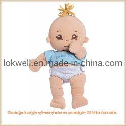 プラシ天の男の子の摩耗は人形によって詰められる子供のおもちゃに着せる