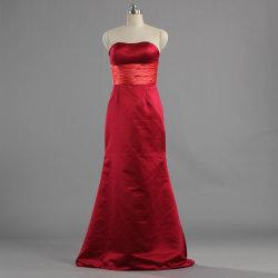 肩の長く赤いサテンの新婦付添人を離れたE577女性は安いガウンに服を着せる