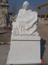 Белый мраморный каменный Pieta Мария держа Иисус высекая памятник