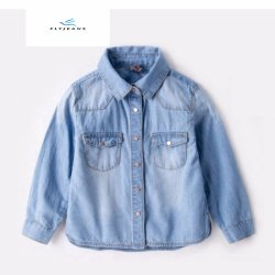 普及した女の子の長い袖のはえのジーンズによる淡いブルーのデニムのワイシャツ