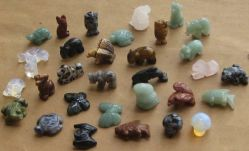 Un assortiment de pierres sculptées en pierre Semi-Precious Animals Beads Mix