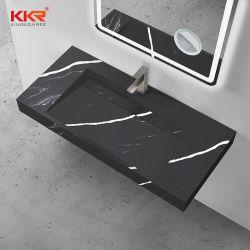 Черный твердой поверхности камня кухонном столе есть раковина с раковиной