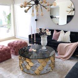 غرفة معيشة حديثة طاولة قهوة ذات سطح زجاجي مستدير أسود مقسّى طاولة قهوة ذهبية الإطار