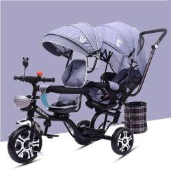 De Driewieler van de baby kan door Twee Mensen worden uitgevoerd