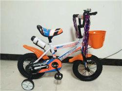 De kinderen vormen BMX met de Veilige HulpFiets van het Wiel
