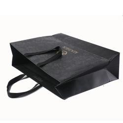 Saco de papel preto com lâmina de ouro do logotipo