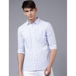 Die blauen u. weißen Männer nehmen passendes gestreiftes beiläufiges Hemd ab