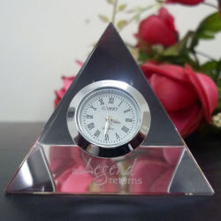 Pyramide de cristal de verre avec le logo de l'horloge Sandblast pour la décoration de bureau