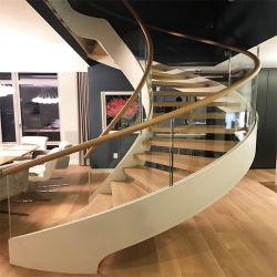 Escaleras curvas personalizadas con rodadura de madera y vidrio barandas
