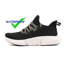 La fabbrica atletica ambulante comoda di Jinjiang che pilota le scarpe da tennis di lavoro a maglia bianche correnti respirabili atletiche degli uomini lavorate a maglia OEM del calzino del tessuto della donna 3D impermeabilizza i pattini