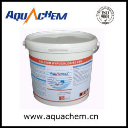 Отбеливатель порошка с помощью гипохлорита кальция в бассейн