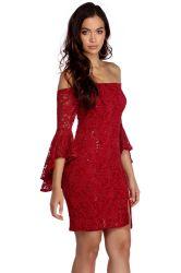 スパンコールの服の工場が付いている女性の赤いレースを敬遠しなさい