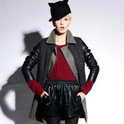 Les femmes se situent le collier de haute qualité coton enduire avec veste matelassée