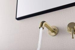 ステンレス鋼ブラシをかけられたニッケルのコックによる304の単一のレバーの壁の洗面器のコックの流しの混合弁