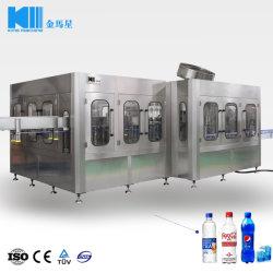 El agua de la máquina de llenado de bebidas gaseosas