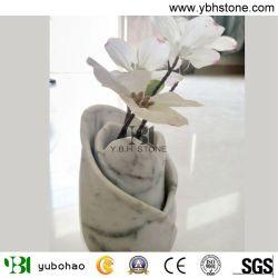 カラーラの白い大理石または浴室のアクセサリか白い大理石のつぼ